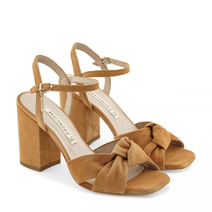 Jasnobrązowe sandały z naturalnego zamszu toffi na wysokim słupku z supełkiem