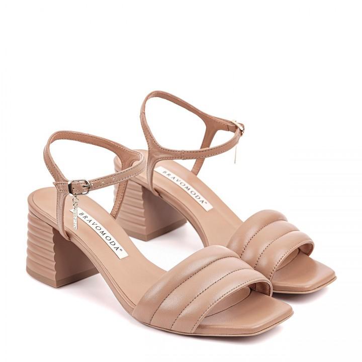 Jasnobrązowe sandały z naturalnej licowej skóry toffi na fałdowanym słupku