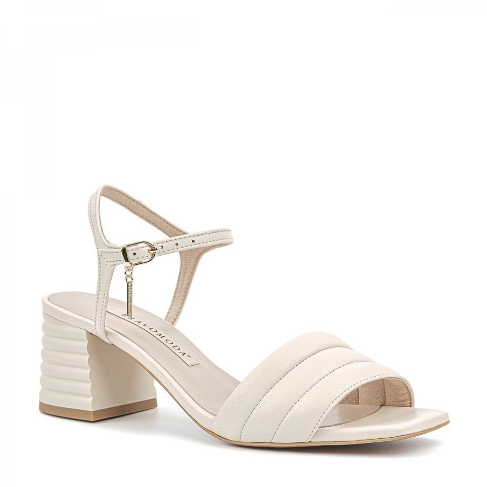 Kremowe sandały z naturalnej licowej skóry na niskim fałdowanym słupku