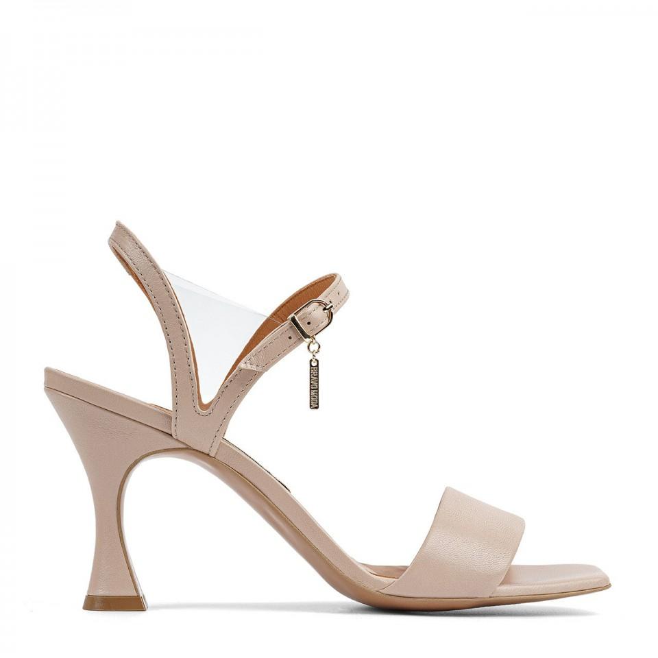 Beżowe sandały z naturalnej licowej skóry z futurystycznym obcasem