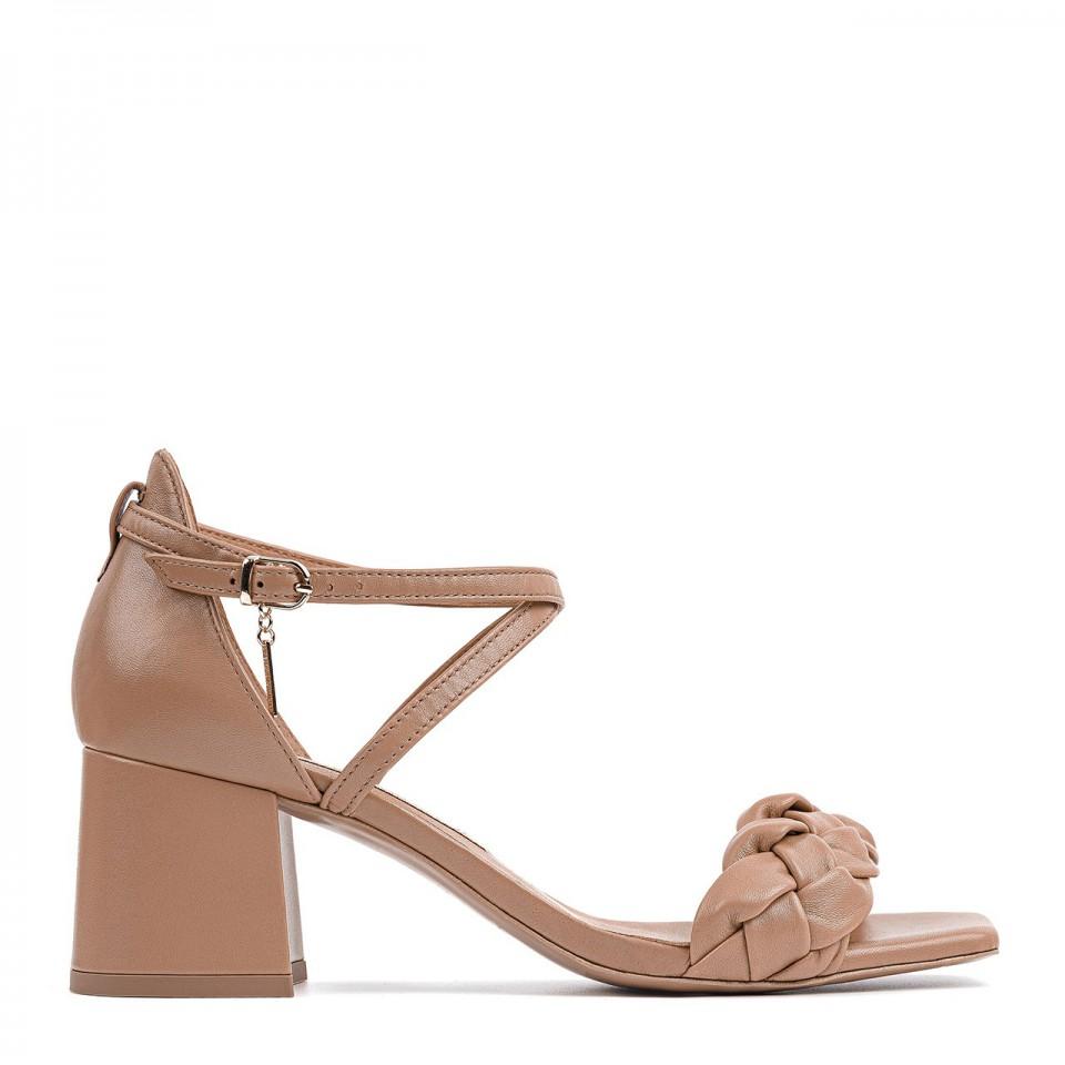 Jasnobrązowe sandały z naturalnej skóry toffi na niskim słupku zdobione warkoczem