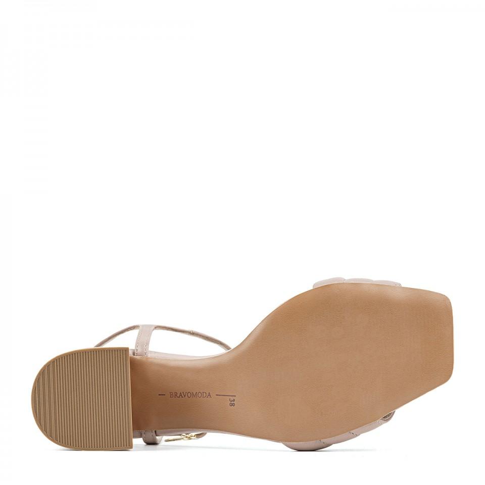 Pudrowo-różowe sandały z naturalnej licowej skóry na niskim fałdowanym słupku