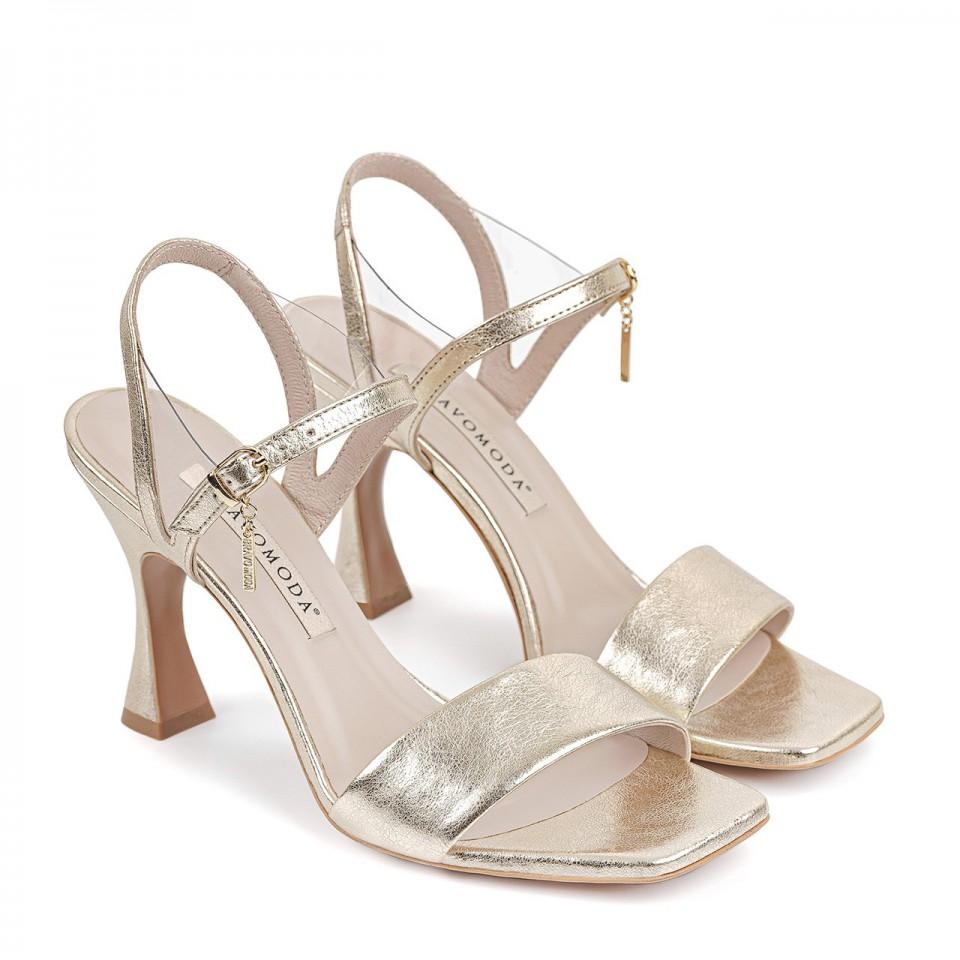 Złote sandały z naturalnej licowej skóry z futurystycznym obcasem